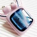 Kék csillám rózsaszínben üveg medál és fülbevaló, üvegékszer szett, Ékszer, óra, Medál, Nyaklánc, Ékszerszett, Ékszerkészítés, Üvegművészet, Pasztell lilás rózsaszín alapot selyem fényű, sötétkék csillámokkal ragyogó ékszerüveggel díszített..., Meska