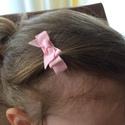 Rózsaszín kicsi masnis hajcsat, Ruha, divat, cipő, Hajbavaló, Hajcsat, Ékszerkészítés, Varrás, Ezt az aranyos kicsi masnit rózsaszín szalagból készítettem, 4,5 cm-es aligátor hajcsatra helyeztem..., Meska