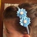 Kék virágos hajpánt, Ruha, divat, cipő, Hajbavaló, Hajpánt, Varrás, Ékszerkészítés, Ezt a kék virágos hajpántot szatén szalagból készítettem kanzashi technikával. A virág közepén lapo..., Meska