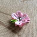 Kanzashi virágos hajcsat (rózsaszín-fehér), Ruha, divat, cipő, Hajbavaló, Hajcsat, Varrás, Ékszerkészítés, A virágot kanzashi technikával szalagból készítettem, 4,5 cm-es aligátor hajcsatra helyeztem el. A ..., Meska