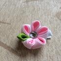 Kanzashi virágos hajcsat (fehér-rózsaszín), Ruha, divat, cipő, Hajbavaló, Hajcsat, Varrás, Ékszerkészítés, A virágot kanzashi technikával szalagból készítettem, 4,5 cm-es aligátor hajcsatra helyeztem el. A ..., Meska