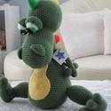 Sárkány - horgolt, színes , Baba-mama-gyerek, Játék, Baba játék, Varrás, Horgolás, Ez a sárkány egy hatalmas kedvence lehet gyermekednek. Magassága 46 cm, feje hossza 23 cm. Alapszín..., Meska