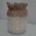 Vintage váza vagy mécses tartó rózsa mintás csipkével díszítve, Dekoráció, Esküvő, Mindenmás, Esküvői dekoráció, Varrás, Zsákvászon és horgolt csipke díszítéssel készült váza vagy mécses tartó.0,7 dl-es befőttes üveget d..., Meska