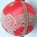 Fenyőfa dísz, Dekoráció, Karácsonyi, adventi apróságok, Ünnepi dekoráció, Karácsonyfadísz, Karácsonyi dekoráció, Patchwork, foltvarrás, Piros szaténselyemmel bevont hungarocell gömb. Arannyal hímzett csipke és fonott zsinór díszítéssel..., Meska