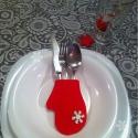 KArácsonyi evőeszköz tartó kesztyű, Dekoráció, Konyhafelszerelés, Karácsonyi, adventi apróságok, Karácsonyi dekoráció, Varrás, Patchwork, foltvarrás, Piros anyagból pici kesztyűket varrtam béléssel. Ráragasztottam egy fehér csillámos műanyag hópelyh..., Meska
