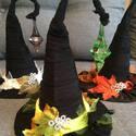 Halloween Boszorkány kalap lakás dekoráció, Dekoráció, Ünnepi dekoráció, Virágkötés, Varrás, Vastag karton papírra dolgoztam fekete anyagot így kialakítva a boszorkány jól ismert kalapját. Dís..., Meska