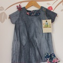 Lányka ruha tavaszi szürke fodros ruha virágos , Ruha, divat, cipő, Gyerekruha, Kisgyerek (1-4 év), Hajbavaló, Könnyű pamut vászon ruhácska. Batikolt vászon ruha. Virágos fodorral és csattal. Egyedi tervezés Züm..., Meska