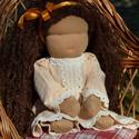 Kreol bőrű waldorf babalány hálóruhában, Képzőművészet, Játék, Textil, Baba, babaház, Baba-és bábkészítés, Varrás, Waldorf babalány gyönyörű kreol bőrszínnel.  Magassága kb. 41 cm.  Teste világosbarna színű, kiváló..., Meska