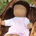 Kreol bőrű waldorf babalány rózsaszín ruhában, Képzőművészet, Játék, Textil, Baba, babaház, Baba-és bábkészítés, Varrás, Waldorf babalány gyönyörű kreol bőrszínnel.  Magassága kb. 42 cm.  Teste világosbarna színű, kiváló..., Meska