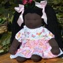 Fekete bőrű, közepes méretű waldorf babalány, Képzőművészet, Játék, Textil, Baba, babaház, Baba-és bábkészítés, Varrás, Sötét bőrű babalány, waldorf technikával készült.  Magassága kb. 35 cm.  Teste sötétbarna színű, ki..., Meska