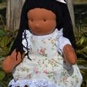 Barna bőrű waldorf babalány, Képzőművészet, Játék, Textil, Baba, babaház, Baba-és bábkészítés, Varrás, Barna bőrű babalány, waldorf technikával készült.  Magassága kb. 39 cm.  Teste középbarna színű, ki..., Meska