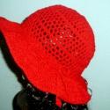 Meggypiros női kalap, Ruha, divat, cipő, Női ruha, Kendő, sál, sapka, kesztyű, Sapka, Horgolás, Gyönyörű meggypiros buklé fonalból  horgoltam ezt a szellős kalapot. Jól véd a napsütéstől, de mégs..., Meska