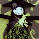 HALLOWEEN dekoráció - BOSZI, Dekoráció, Varrás, Hímzés, 19cm magas, hímzett boszi, különleges gombbal a Halloween jegyében. Ő már elkelt, de hasonlót szíve..., Meska