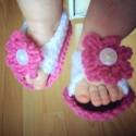 Rózsaszín - fehér horgolt kocsicipő - szandál, Baba-mama-gyerek, Ruha, divat, cipő, Baba-mama kellék, Cipő, papucs, Horgolás, Kézzel horgolt baba szandál gombbal díszítve kisbabák részére.  A melegebb napokon könnyebb viselet,..., Meska