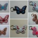 Nyári pillangó varázs bőr kulcstartók többféle színösszeállításban, Mindenmás, Kulcstartó, Bőrművesség,  Kézzel varrott, szabott bőr pillangó kulcstartók.  A pillangók méretei:   - 5-7 cm széles és 5 cm ..., Meska