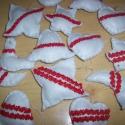 Fehér karácsonyfadíszek piros díszítéssel, Dekoráció, Dísz, Karácsonyi, adventi apróságok, Karácsonyfadísz, Hímzés, Varrás, Fehér filcből készült karácsonyfadíszek, melyeket piros farkasfoggal és apró piros gyöngyökkel dísz..., Meska