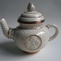 tibeti teáskanna, Dekoráció, Konyhafelszerelés, Ünnepi dekoráció, Kancsó , Kerámia, Tibeti teáskanna porcelánból, pöttyös óarany festéssel. 5.2 dl űrtartalommal., Meska