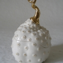 fehér-arany porcelán ékszertartó, Ékszertartó, Kerámia, Elegáns, természeti formát idéző alkotás. A plasztikus arany pöttyök kihangsúlyozzák a doboz finom, ..., Meska