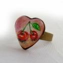 Cseresznye szív alakú gyűrű, Ékszer, óra, Képzőművészet , Gyűrű, Festmény, Festészet, Ékszerkészítés, Hordj magadon festményt!  Saját festményemet foglaltam az üveglencse mögé, melyet akril festékkel f..., Meska