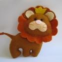 Leó az oroszlánok királya, Baba-mama-gyerek, Játék, Gyerekszoba, Játékfigura, Baba-és bábkészítés, Varrás, Filcből kiszítettem ezt a kis oroszlán figurát. Testét flízzel töltöttem, koronájára gyöngyöket varr..., Meska