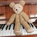 Mackó a zongoránál..., Baba-mama-gyerek, Játék, Dekoráció, Plüssállat, rongyjáték, Varrás, Baba-és bábkészítés, Elegáns kockás ruhás Mackó Úr 40 cm magas Nyakigláb-báb. Egyedi stílusban készült. Alvókának, játsz..., Meska