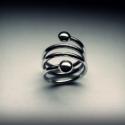 Rugós bogyós gyűrű, Ékszer, óra, Gyűrű, Ezt az ezüst gyűrűt vastag, tömör 925-ös ezüst drótból készítettem. Olvasztottam két ezüstbogyót és ..., Meska