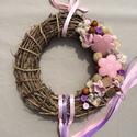 Rózsaszín, lila, virágos, vidám kopogtató, Dekoráció, Otthon, lakberendezés, Dísz, Virágkötés, Vidám hangulatú kopogtató rózsaszín, lila, bézs díszítéssel. Különböző anyagú virágokkal díszítette..., Meska