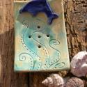 Delfines szappantartó., Szépségápolás, Fürdőszobai kellék, Kerámia, Fehérre égő agyagból készítettem ezt a delfinnel díszített szappantartót.A tengert,a meleg nyári na..., Meska