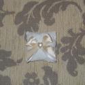 Bézs-fehér illatpárna, Dekoráció, Esküvő, Meghívó, ültetőkártya, köszönőajándék, Varrás, Levendula illatú apró párnácska. Mérete 6*6 cm. Esküvői köszönőajándéknak ajánlom legfőképp, mivel ..., Meska