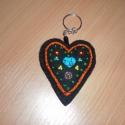 kulcstartó szív, Mindenmás, Magyar motívumokkal, Ruha, divat, cipő, Kulcstartó, Varrás, Hímzés, Fekete filc anyagból készítettem ezt a szív alakú kulcstartót és türkiz színű szív és színes gyöngyö..., Meska