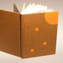 Műbőr üres könyv, napló, vendégkönyv, emlékkönyv sima lapokkal. Barna műbőr, narancssárga vászon, Naptár, képeslap, album, Jegyzetfüzet, napló, Műbőr üres könyv, napló, vendégkönyv, emlékkönyv sima lapokkal.   A kemény könyvborító narancssárga ..., Meska