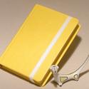Napló, emlékkönyv, jegyzetelő üres lapokkal, gumival. Kemény borító, citromsárga műbőr, Naptár, képeslap, album, Jegyzetfüzet, napló, Kézzel fűzött napló, jegyzetelő, emlékkönyv üres lapokkal.  A kemény könyvborító citromsárga műbőr, ..., Meska