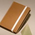 Napló, emlékkönyv, jegyzetelő üres lapokkal, gumival. Kemény borító, barna műbőr, Naptár, képeslap, album, Jegyzetfüzet, napló, Kézzel fűzött napló, jegyzetelő, emlékkönyv üres lapokkal.  A kemény könyvborító barna műbőr, gumisz..., Meska