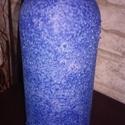 Kék váza - borosüvegből, Dekoráció, Otthon, lakberendezés, Kaspó, virágtartó, váza, korsó, cserép, Dísz, Festett tárgyak, Foltos-kék köntösbe bújt egy egykori borosüveg.  Szép dísze lehet lakásodnak, főleg ha környezettud..., Meska