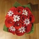 Filc-textil rózsacsokor - piros, Dekoráció, Otthon, lakberendezés, Dísz, Virágkötés, Gyöngyfűzés, Egyedi tervezésű és készítésű filc és  textil rózsacsokor. A csokrot gyöngyök díszítik, szára selye..., Meska