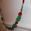Karácsonyi füzér , dekoráció , Dekoráció, Karácsonyi, adventi apróságok, Ünnepi dekoráció, Karácsonyi dekoráció, Varrás, Karácsonyi dekorációs füzér , filc anyagból . Fotózásra , vagy csak a hangulat fokozásához a kandal..., Meska