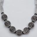 Ezüstszínű nyaklánc fekete műanyag korongokkal díszítve, Ékszer, óra, Nyaklánc, Ékszerkészítés, ezüstszínű kötött anyag, hossza 52 cm, benne 7 db 1,5 cm átmérőjű fekete műanyag korongok, Meska