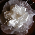 Fehér Virág Esküvői Hajdísz RENDELHETŐ!, Esküvő, Esküvői ékszer, Hajdísz, ruhadísz, Esküvői dekoráció, Virágkötés, Varrás, Szatén és organza alapanyagokból készítettem hajdíszt.Brossként is el tudom képzelni egy örömanya ko..., Meska