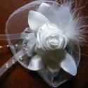 Fehér Rózsa Hajdísz, Esküvő, Esküvői ékszer, Hajdísz, ruhadísz, Varrás, Virágkötés, Fehér szatén és organza az alapanyaga a hajdísznek,amelyet gyönggyel és tollal díszítettem. Ruhadís..., Meska