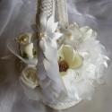 Krém-Fehér Kosár Magnóliával,Rózsával, Esküvő, Dekoráció, Esküvői dekoráció, Ünnepi dekoráció, Virágkötés, Hófehér horgolt zsinóros kosárba krémszínű magnóliák és habrózsák kerültek.Szatén és organza virágo..., Meska