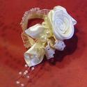 Menyasszonyi Csuklódísz, Esküvő, Esküvői ékszer, Varrás, Virágkötés, Szatén rózsás dísz,ami kis csipkés gumival rögzül a menyasszony csuklójára. Sok gyönggyel díszített..., Meska
