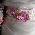 Lila rózsás díszöv esküvőre, Esküvő, Ruha, divat, cipő, Hajdísz, ruhadísz, Öv, Varrás, Virágkötés, Szatén és organza virágokból készítettem az övet,üde orgona lila és ekrü színösszeállításban.A rózs..., Meska