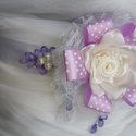 Csipkés Lilás Szaténöv Esküvőre, Esküvő, Ruha, divat, cipő, Hajdísz, ruhadísz, Öv, Varrás, Virágkötés, Egy hatalmas virág formájú dísz csipkéből és szaténból az öv fő dísze. Lila üveg cseppek egészítik ..., Meska