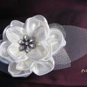 Virág Hajdísz Brossal esküvőre, Esküvő, Esküvői ékszer, Hajdísz, ruhadísz, Menyasszonyi ruha, Virágkötés, Varrás, Egyszerűen elegáns hajdísz egy virágból,amelyet virág formájú bross díszít.A levelek laza tüllből k..., Meska