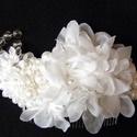 Fehér elegancia hajdísz,fejdísz esküvőre, Esküvő, Esküvői ékszer, Hajdísz, ruhadísz, Menyasszonyi ruha, Virágkötés, Varrás, Hófehér virágok és varrott gyöngyök alkotják ezt a kis hajdíszt,amely jól mutat feltűzött kontyban ..., Meska