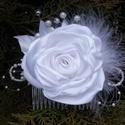 Fehér hajdísz tearózsával esküvőre, Esküvő, Esküvői ékszer, Hajdísz, ruhadísz, Menyasszonyi ruha, Varrás, Virágkötés, Hófehér szatén rózsa gyöngyből készült bimbókkal és tollal alkot egy mutatós hajba valót. Kontyfésű..., Meska