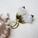 Hóvirág fülike, Ékszer, óra, Fülbevaló, Nálunk virágzó hóvirág ihlette ezt a fülbevalót.  A fülbevaló hossza kb. 2,5cm, bőrbarát szerelékekk..., Meska