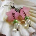 Rózsaszín tavasz, Ékszer, óra, Fülbevaló, Ékszerkészítés, Gyöngyfűzés, Tavaszias fülbevaló rózsaszín, zöld és réz színekben akryl virágól és tekla gyöngyből valamint cseh..., Meska