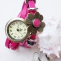 Pink virág karóra/ékszeróra, Ékszer, óra, Karkötő, Karóra, óra, Ékszerkészítés, Gyöngyfűzés, Különleges óra réz színű foglalatban pink színű bőr szíjjal és fém gyöngyökkel. A virág dísze rögzí..., Meska