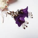 Sötétlila harangvirág fülbevaló, Ékszer, óra, Fülbevaló, Sötétlila színekben készítettem el ezt a virágos fülit 3-3 3mm-es fehér tekla gyönggyel. Bronz színű..., Meska